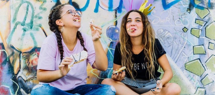 niñas experimentando la adolescencia
